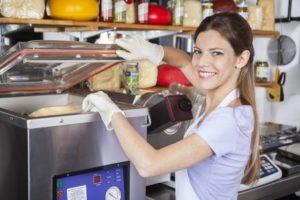 Modern hulladékkezelés kereskedelemben: elégedett dolgozó, visszatérő vásárlók